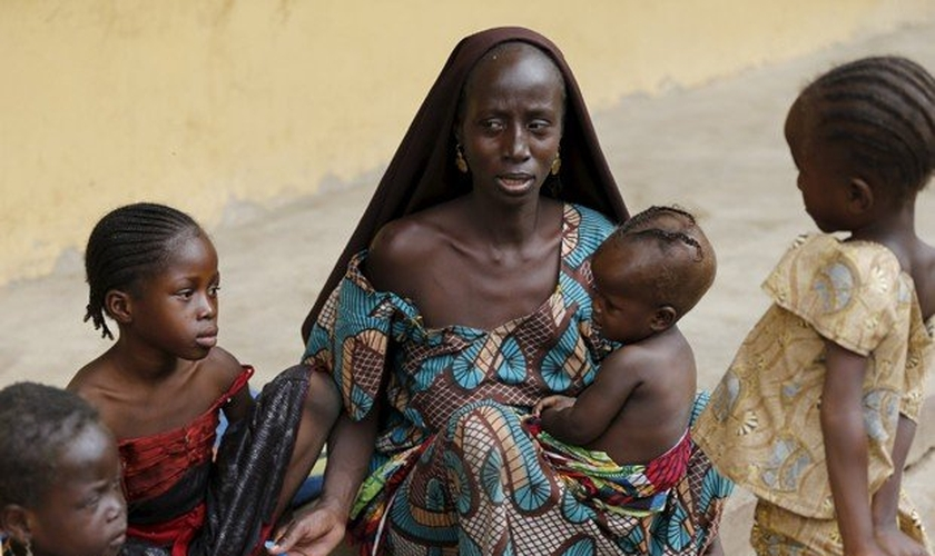 Mulher resgatada do Boko Haram alimenta um de seus filhos no campo de refugiados, na Nigéria. (Foto: Reuters/Afolabi Sotunde)