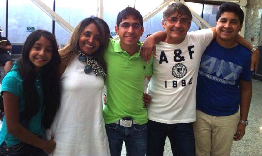 Missionária Juvânia Soares junto à sua família, em visita ao filho Samuel Soares, que atualmente estuda na Universidade Batista de Dallas.