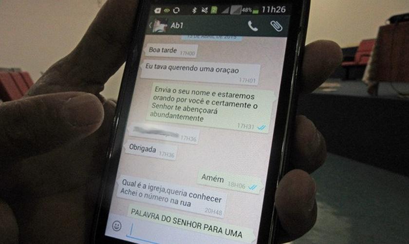 Mulher faz pedido de oração pelo aplicativo de mensagens do celular e é atendida pelo pastor Daniel Fernandes.