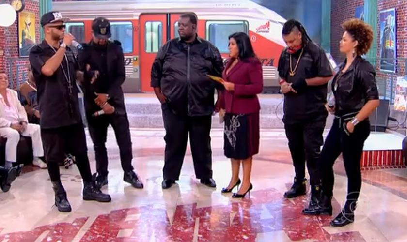 """Os rappers cantaram ao lado do sambista Péricles a música """"Quem Te Viu"""". (Reprodução/ Globo)"""