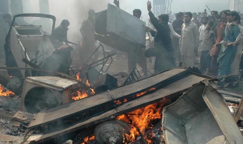 Muçulmanos atacam uma área cristã do Paquistão depois de alegações de blasfêmia.
