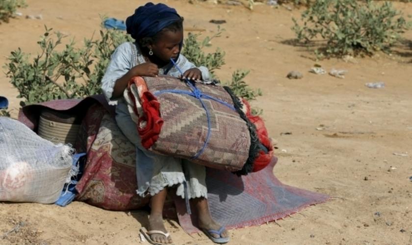 Criança é expulsa de sua comunidade, em Geidam (Nigéria), após invasão do Boko Haram