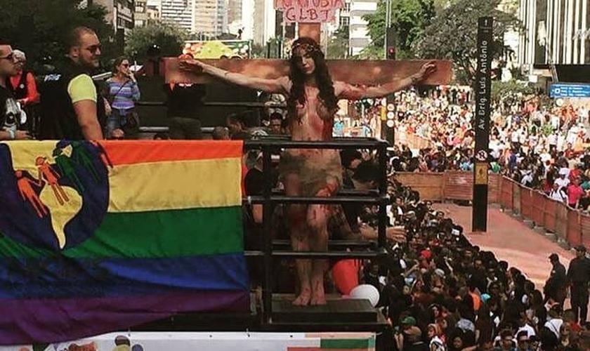 A performance de Viviany Beleboni - entre outras - escandalizou pessoas de diversas linhas religiosas e até mesmo homossexuais.