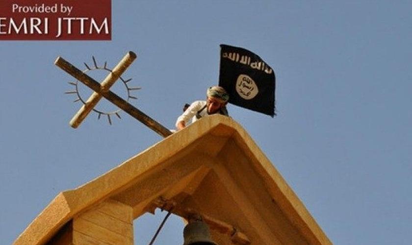 O Estado Islâmico explodiu uma igreja histórica em Mosul, norte do Iraque, nesta segunda-feira (6).