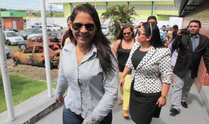 Daiana Gama se entrega na DEHS ao lado da vereadora Pastora Luciana. (Foto: Jair Araújo)