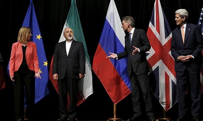 Da esquerda para a direita: Alta Representante da União européia para Negócios Estrangeiros e Política de Segurança, Federica Mogherini; Ministro das Relações Exteriores do Irã, Mohammad Javad Zarif; Secretário do Exterior Britânico, Philip Hammond e Secr