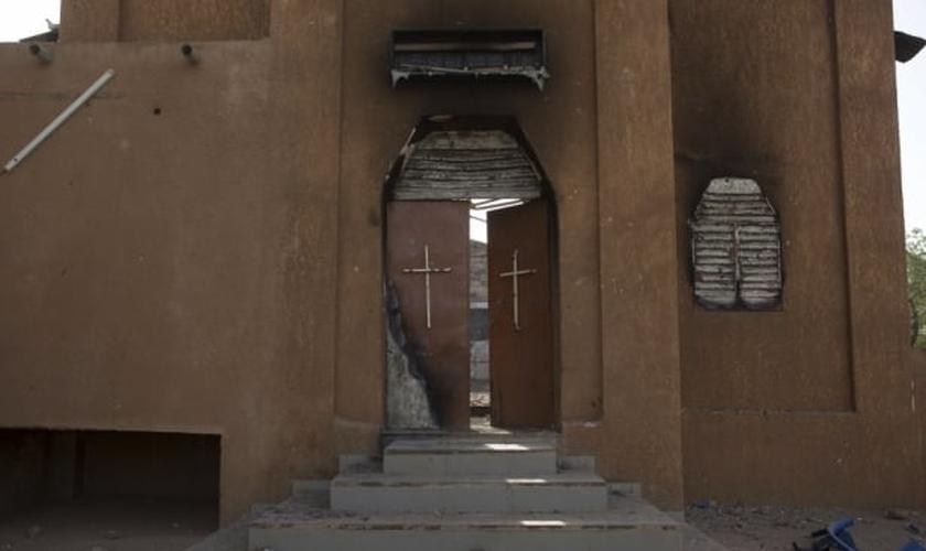 Fachada de igreja destruída, em Niamey (Níger)