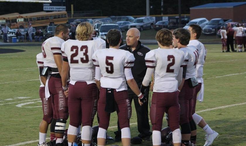 treinador do time de futebol americano da escola Chestatee se reúne com seus alunos / atletas momentos antes do jogo