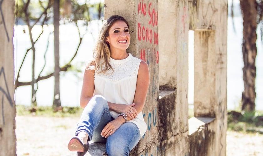 """O CD """"Ele Me Amou"""" é o primeiro trabalho de Mônica Oliveira. (Foto: Divulgação)"""