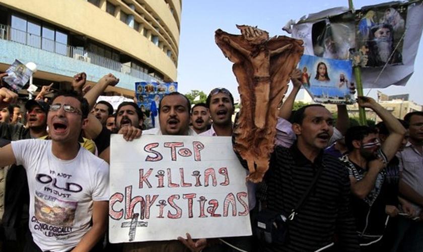 Manifestantes protestam contra perseguição a cristãos no Egito.