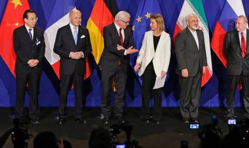 Representantes do Irã e potências ocidentais em celebração de acordo nuclear.
