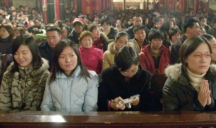 Cristãos participam de culto em igreja chinesa