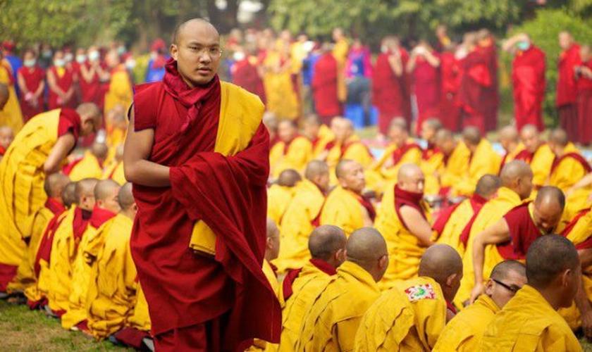 Budistas se reúnem do lado de fora de um templo no Tibet