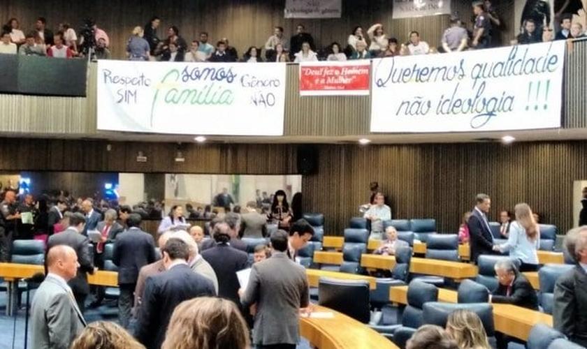 Cartazes expostos nas galerias da Câmara de São Paulo defendiam os Direitos da Família e pediam a exclusão da ideologia de gênero do PME (Foto: Roney Domingos/G1)