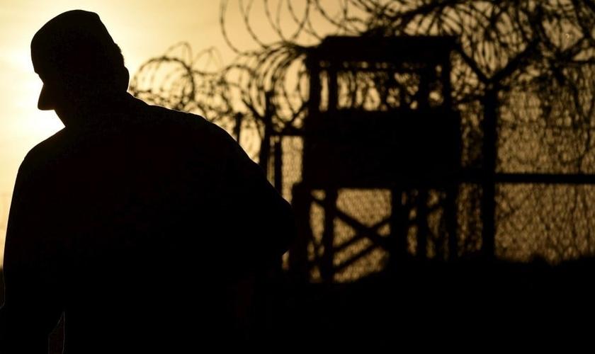 Soldado vigia portões de presídio cubano