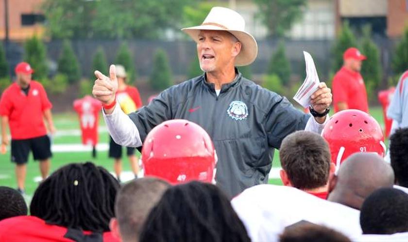 Técnico Mark Richt fala aos atletas de seu time (Foto: Macon)