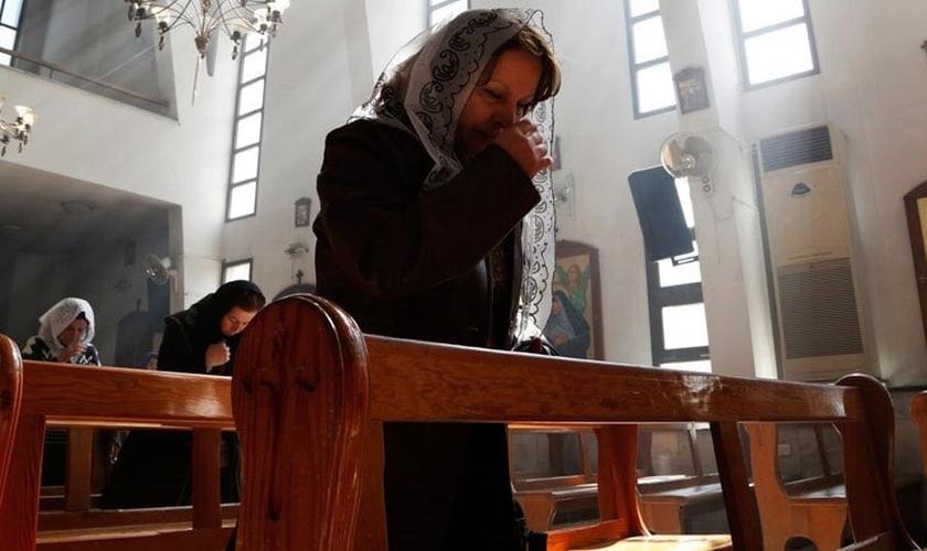 Mulher cristã assíria ora por seus compatriotas sequestrados. (Foto:  REUTERS/OMAR SANADIKI)