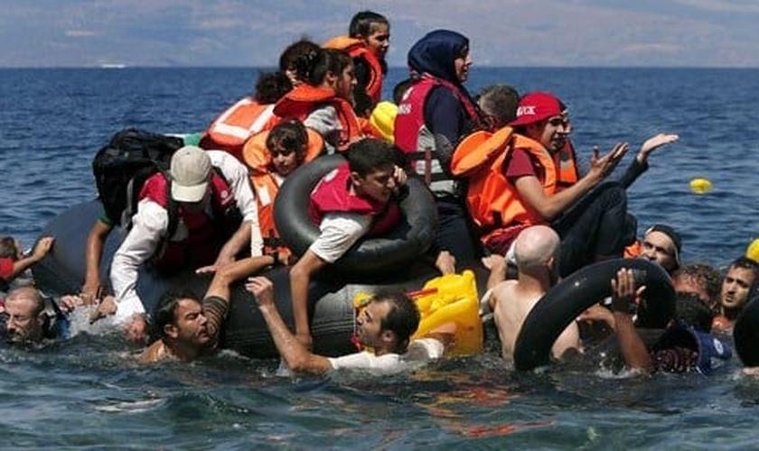 Sírios e afegãos resgatados após embarcação que levava cerca de 100 pessoas naufragar nas proximidades da ilha grega. (Foto: Alkis Konstantinidis/Reuters)