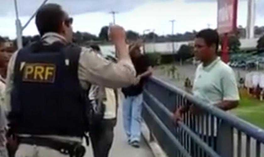Policial convence homem a não cometer suicídio em um viaduto. (Foto: Reprodução/ Youtube)
