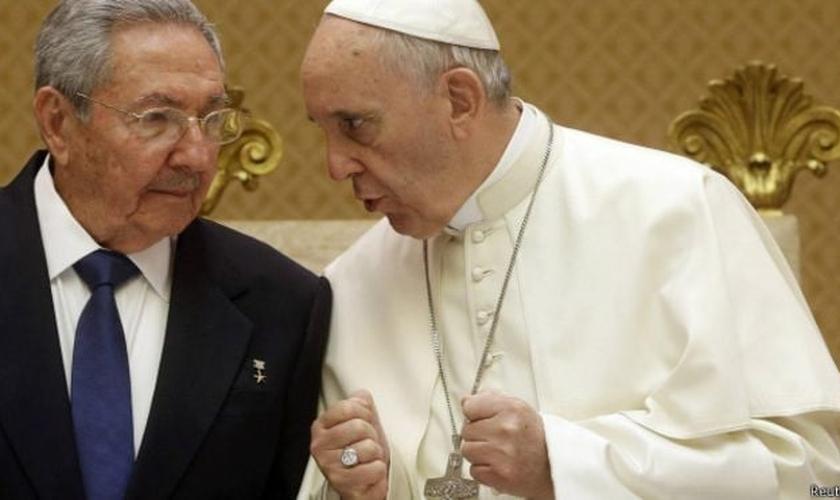 Papa Francisco conversa com Raúl Castro, durante visita do presidente cubano ao Vaticano (Foto: Reuters)