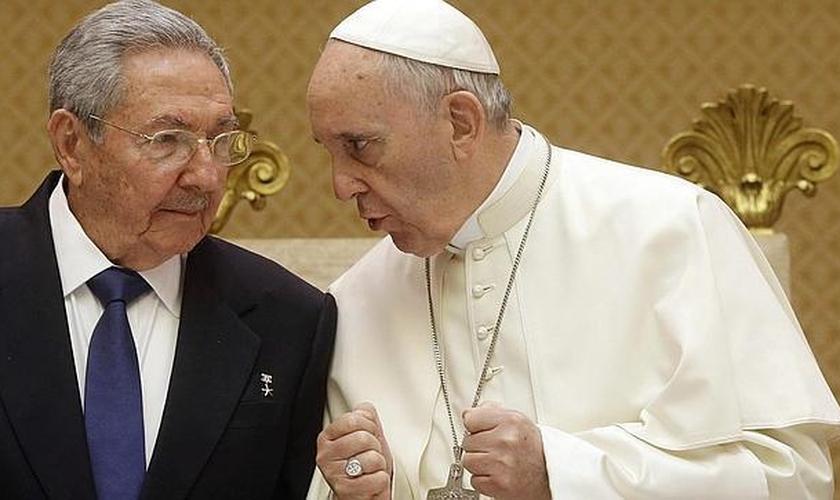 Líder cubano Raúl Castro em conversa com Papa Francisco. (Foto: ABC)