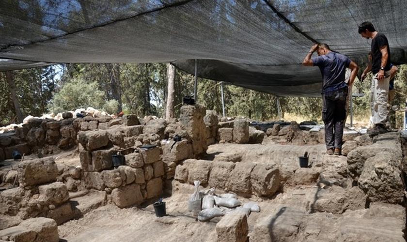 Arqueólogos observam resultados das escavações, em Modi'in, a 19 milhas de Jerusalém (Foto: Live Science)