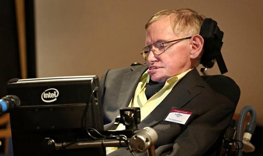 Stephen Hawkins foi acometido de uma doença neurodegenerativa ainda jovem. (Foto: The Guardian)