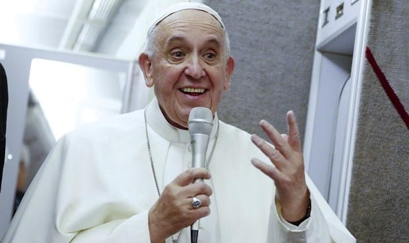 Papa Francisco fala dentro de avião durante sua viagem de volta para Roma. (Foto: Tony Gentile/Reuters)
