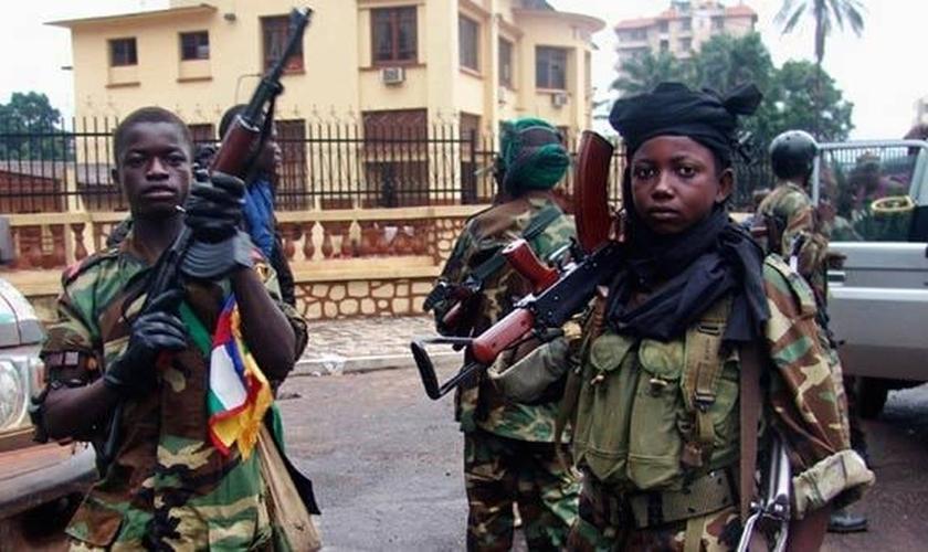 Soldados menores de idade recrutados pela aliança rebelde 'Seleka' fazem plantão em frente ao palácio presidencial em Bangui, República Centro-Africana (Foto: Reuters / Alain Amontchi)