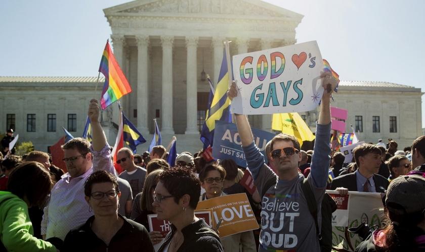 Manifestantes fazem ato a favor do casamento gay, em frente à Suprema Corte dos Estados Unidos, em abril de 2015. (Foto: REUTERS / JOSHUA ROBERTS)