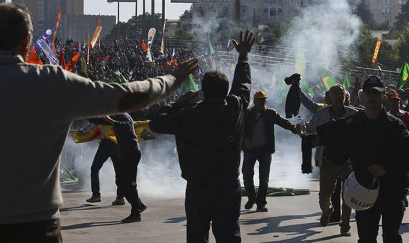 Polícia usa gás lacrimogêneo durante os protestos contra o ataque em Ancara (Foto: Express)
