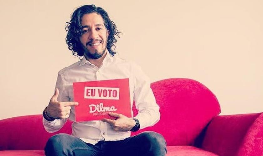 Jean Wyllys posa para campanha de apoio a Dilma Rousseff para a presidência, durante período eleitoral de 2014. (Foto: Divulgação)