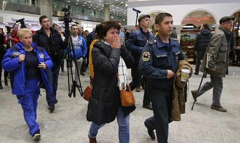Pessoas chegam ao aeroporto de Pulkovo, Russia, em busca de notícias sobre parentes e amigos (Foto: The Guardian)