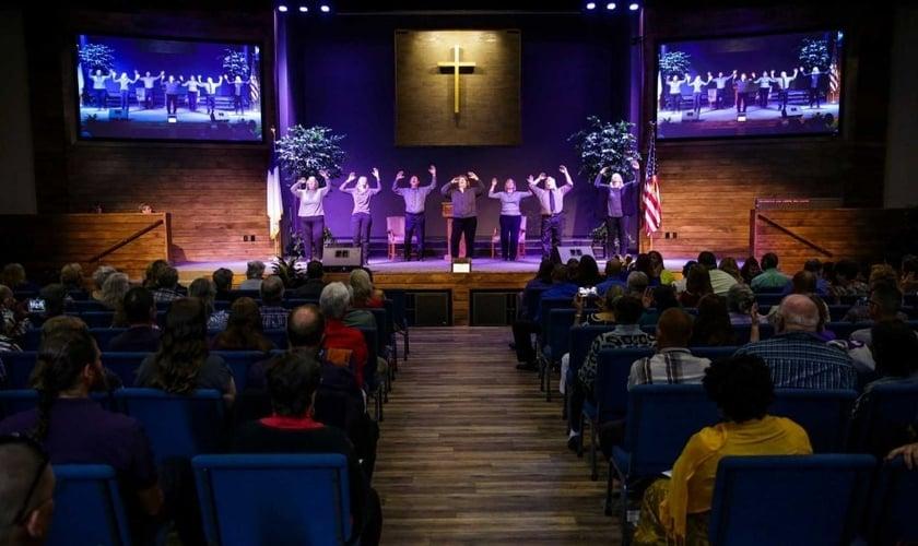 Membros durante canção em Língua de Sinais Americana na Igreja Batista Woodhaven. (Foto: Michael Ciaglo/ Houston Chronicle)