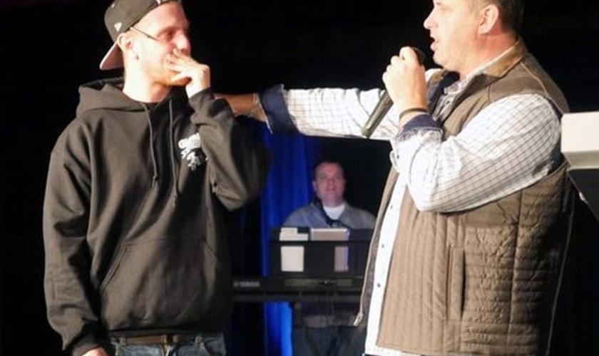 Emocionado, Jeff agradeceu à igreja e confessou que estava lutando contra seus vícios para viver um nova vida. (Foto: Life Point Church)