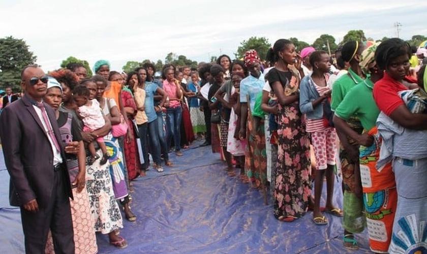 Membros da Igreja Bom Deus em Luanda, capital da Angola. (Foto: Lino Guimarães)