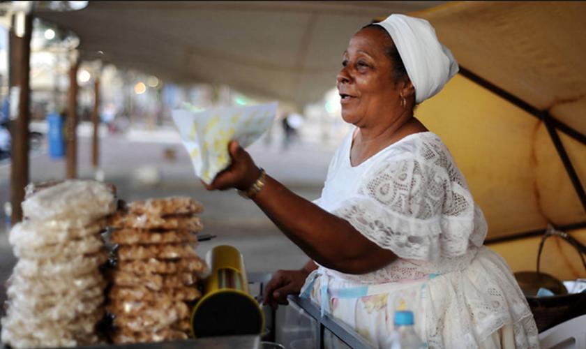 Todas as baianas do acarajé terão de usar roupas típicas: bata branca, saia e torso na cabeça. (Foto: Raul Spinassé/ Folhapress)