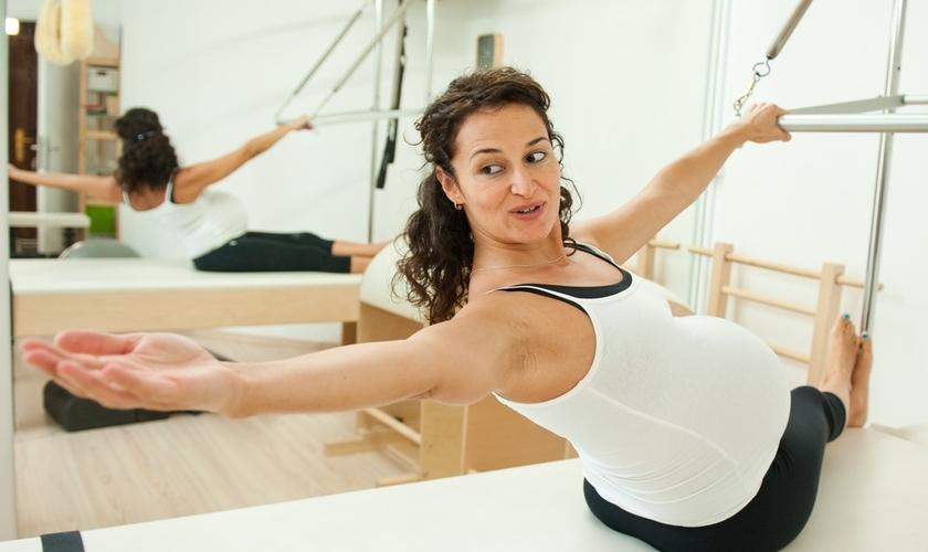 Pilates, natação, hidroginástica e caminhada estão entre as atividades físicas indicadas para as gestantes. (Foto: Shutterstock)