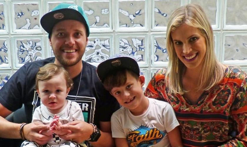 André Valadão, sua esposa Cassiane e os filhos Lorenzo e Vitorio. Foto: Larissa Moggi / Gshow