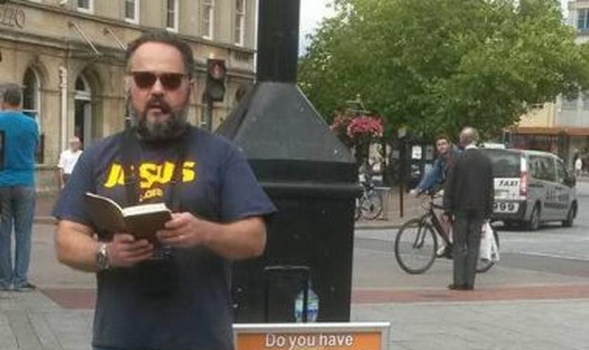 O ex-paraquedista prega regularmente nas ruas do bairro Taunton, em Somerset, localizada no sudoeste da Inglaterra. (Foto: Facebook)