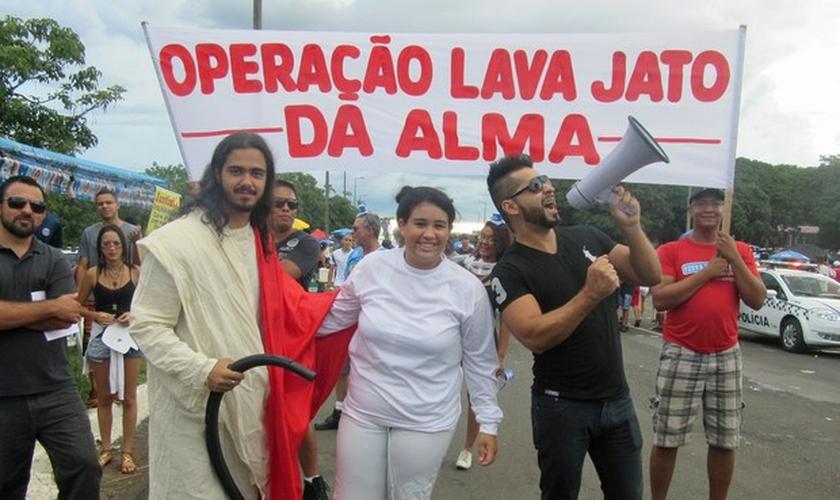 Evangélicos fazem 'Lava Jato da Alma' em foliões no bloco dos Raparigueiros, em Brasília. (Foto: Jéssica Nascimento/ G1)