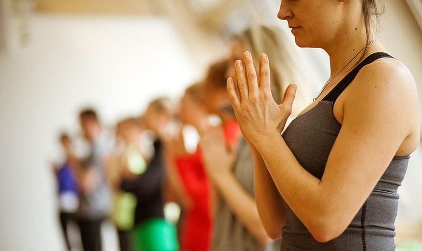 Enquanto os alunos levantam seus corpos do chão, sua fé também é erguida. (Foto: Reprodução)