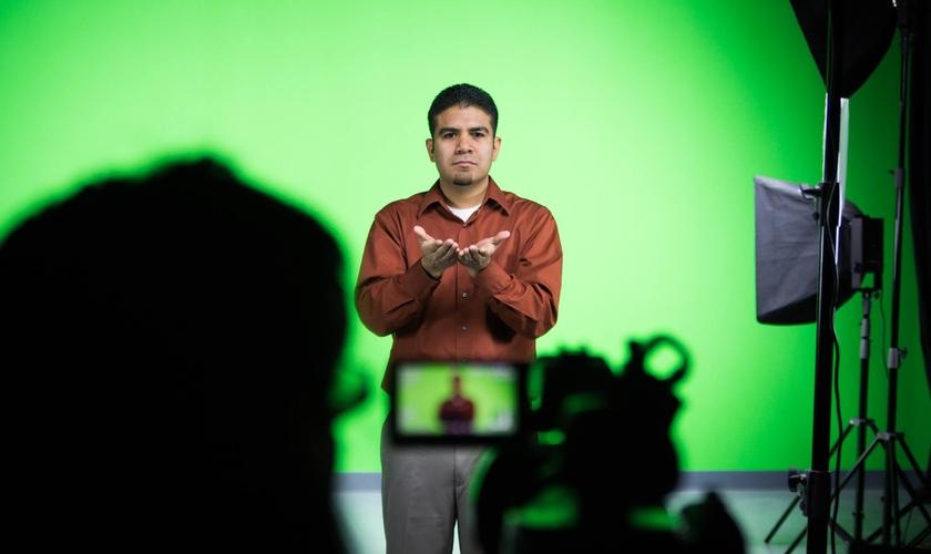Gravação para o projeto da Bíblia em língua de sinais. (Foto: Deaf Bible Society)
