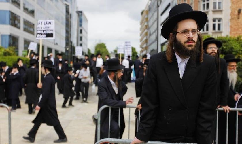 Apesar de viverem no mesmo país, judeus extremamente religiosos e seculares habitam mundos sociais separados. (Foto: Xinhua/Zhou Lei))