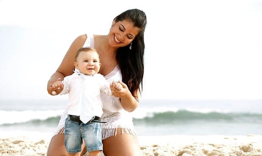 Priscila Pires posa com o filho Gabriel, que hoje tem 4 anos de idade. (Foto: Marcos Serra Lima)