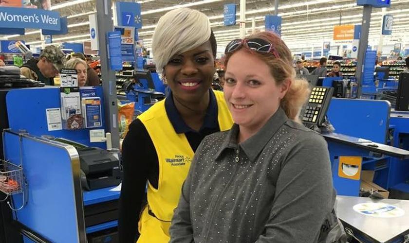 A funcionária Sharnique Dasant ao lado da cliente Ashley Jordan, em frente ao caixa do Walmart. (Foto: Reprodução/Facebook)