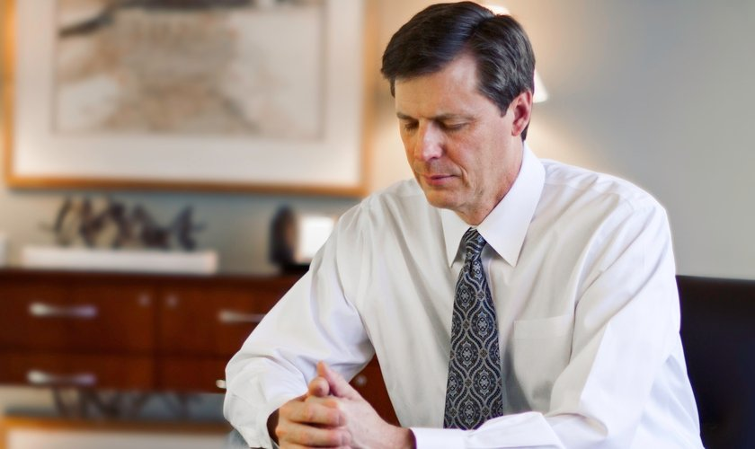 Imagem ilustrativa. Homem em oração no local de trabalho. (Foto: LDS Media Library)
