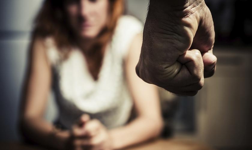 Maioria das igrejas não estão preparadas para ajudar vítimas de abuso doméstico. (Foto: Getty Images/iStockphoto)