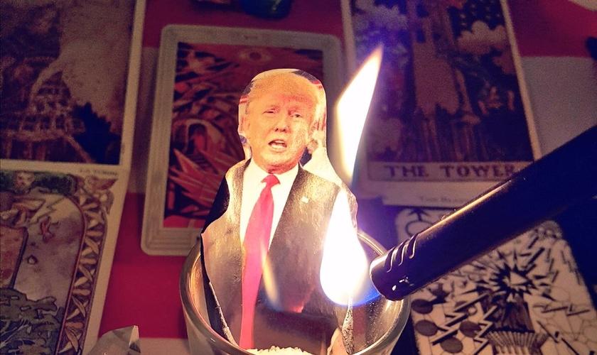 Uma das participantes do feitiço em massa publicou a imagem de um de seus rituais no Twitter. (Foto: Reprodução/Twitter/Ghost_Lisa)