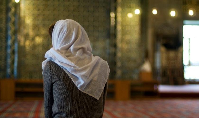 Imagem ilustrativa. Muçulmana foi surpreendida quando ouviu a mensagem do Evangelho. (Foto: iStock)